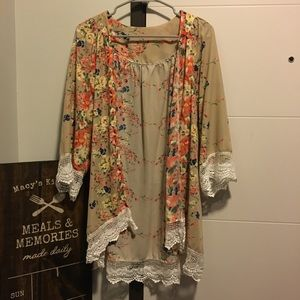 Floral kimono with lace edging